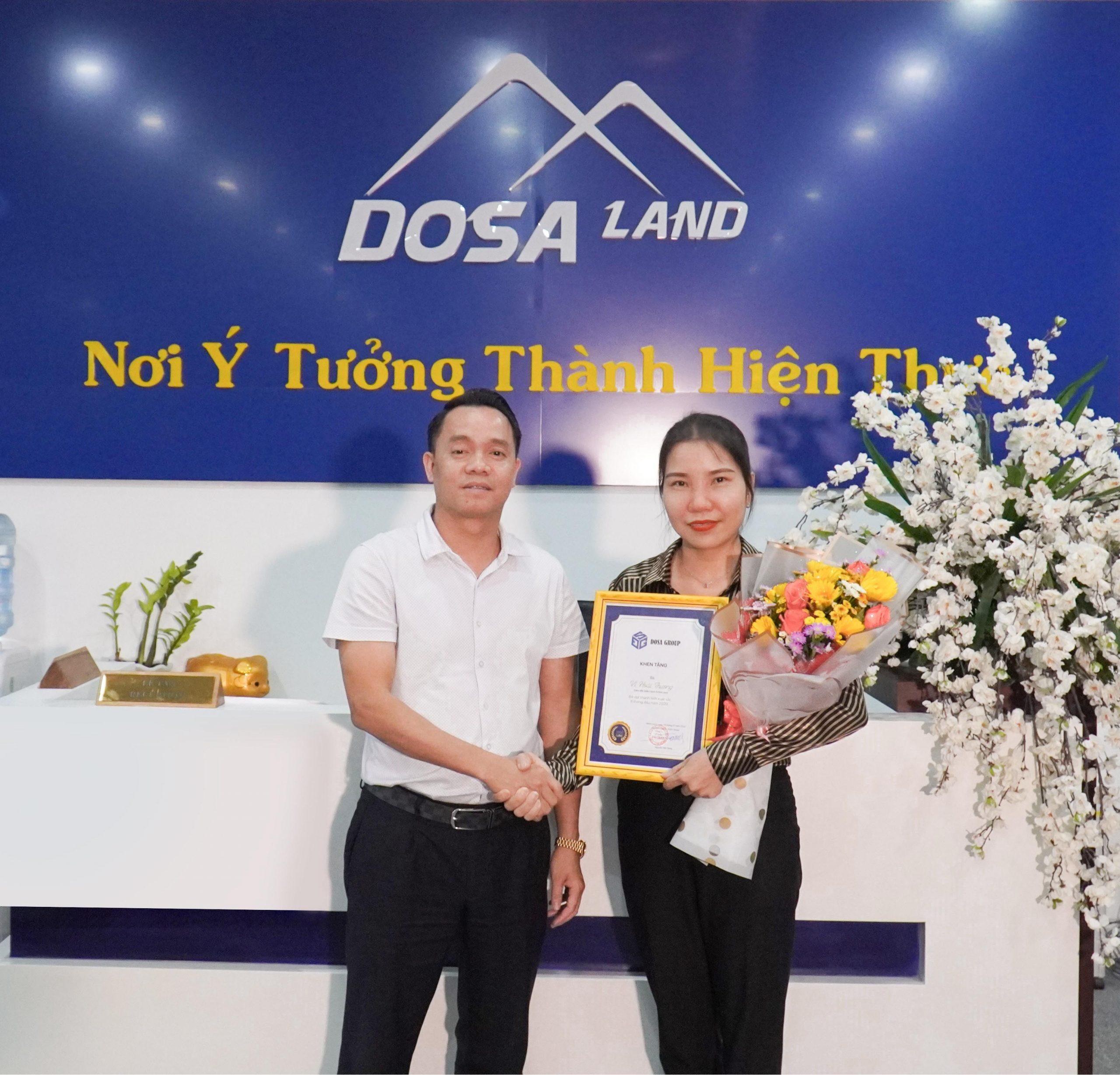 Chủ tịch HĐQT DOSA Group trao hoa và bằng khen cho bà Vi Hoài Thương.