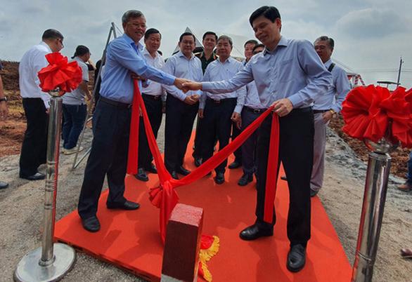 Chủ tịch UBND tỉnh Đồng Nai bàn giao vị trí cột mốc ranh giới đất để xây sân bay Long Thành
